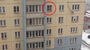 Швырял из окна посуду: маленький хулиган попал на видео