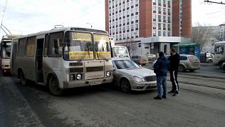 Ни пройти, ни проехать: ДТП на Свердловском проспекте