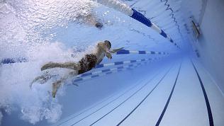 «С детьми плавал»: голый мужчина проник в бассейн в Магнитогорске