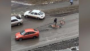 Не выдержал: в Копейске горожанин лично занялся ремонтом дорог