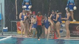 Ватерполистки «Уралочки» искупали своего тренера в бассейне
