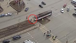 Трамвай сбил женщину на пешеходном переходе
