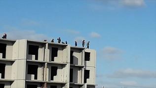 Подростки бегают по крыше долгостроя в Копейске