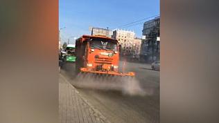 В Челябинске отмывают дороги от зимней грязи