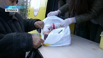 Волонтёры кормят бездомных во время карантина