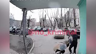 Грабитель в медицинской маске и перчатках попал на камеру домофона