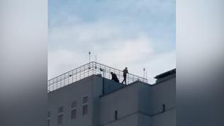 Подростки коротают день на крыше многоэтажки