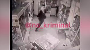 Грабитель напал на аптеку с топором