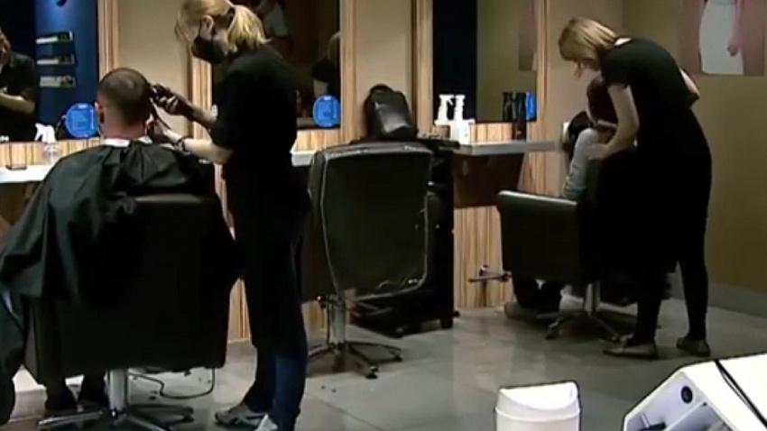 «Долго не стриглись, обросли»: в челябинских парикмахерских наплыв посетителей