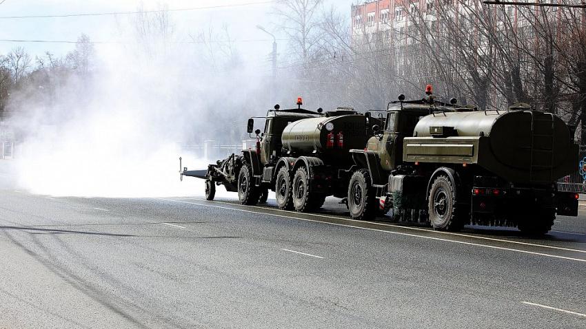 Поливают город раствором: как в Челябинске обрабатывают дороги от коронавируса