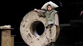 «Прекрасное Далёко» — постановка Челябинского театра драмы имени Наума Орлова. 18+