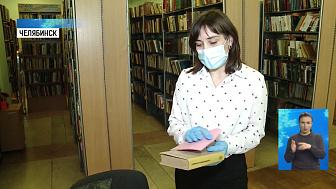 Волонтёры доставляют пенсионерам книги