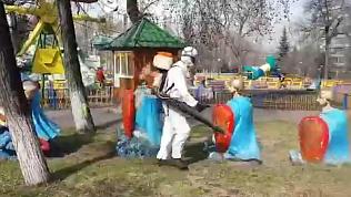 Борцы с клещами попали на видео в парке Пушкина