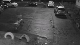 Унёс мотоцикл на руках: видео необычного угона