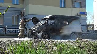 ГАЗель загорелась возле здания суда: видео очевидцев