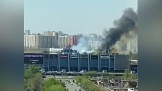 ТРК Родник окутан чёрным дымом: видео пожара