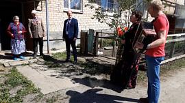 Фронтовика поздравили с Днём Победы прямо во дворе его дома