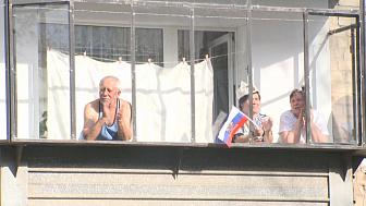 Миасцы поют песни победы со своих балконов