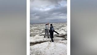 Опасное видео: женщина и двое детей перепрыгивают с одной льдины на другую