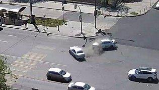 Пассажир вылетел из такси в результате ДТП. Видео 18+