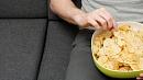 Заразиться коронавирусом можно через чипсы и другие снеки