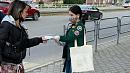 В Челябинске на остановках начали раздачу многоразовых масок