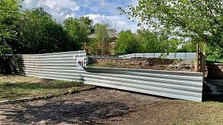 Вокруг скандальной стройки аптеки на ЧМЗ демонтируют забор