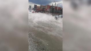 Река кипятка побежала по Свердловскому проспекту: видео с места ЧП