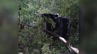 Автомобиль «Инфинити» слетел с дороги и перевернулся