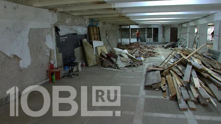 Строители приступили к расчистке подземного перехода на площади Революции