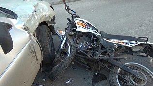В Златоусте мотоциклист попал под колёса ВАЗ 2112: подробности на видео