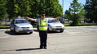 Полицейские сняли видео, чтобы напомнить водителям о жестах регулировщика