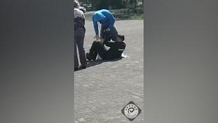 Драка полицейских с прохожим попала на видео