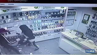 Налёт на салон сотовой связи: видео с камеры наблюдения