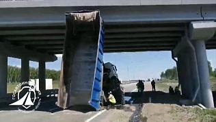 МАН протаранил мост над трассой М-5: видео очевидца
