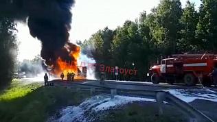 Пожар на трассе М-5: на видео горит фура и 20 тонн полиэтилена