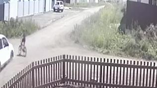 Авария с велосипедистом попала в объектив видеорегистратора