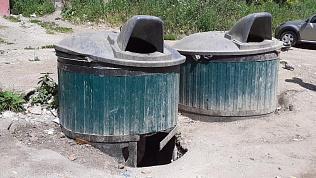 «Падение ребенка может привести к трагедии»: асфальт под мусорным баком провалился в Златоусте