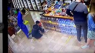 Поднял деньги с пола: видео необычной кражи