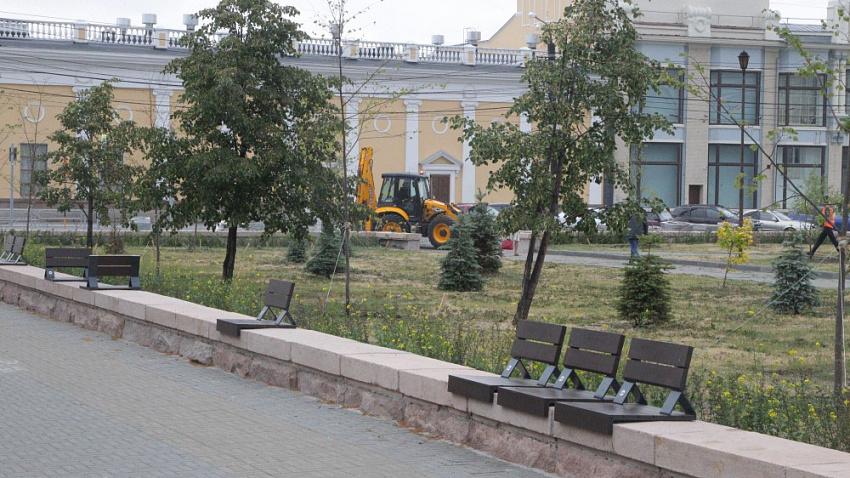 В Челябинске на Кировке установили вазоны с необычными растениями и дизайнерские скамейки