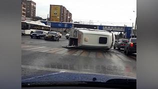 Маршрутное такси перевернулось на дороге в Магнитогорске