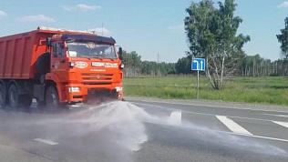 Дороги Челябинской области обливают водой из-за жары