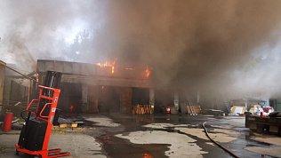 Более 40 огнеборцев, рискуя жизнью, тушат пожар на лесопилке в Челябинске