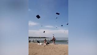 Летающие матрасы сняли на видео на одном из челябинских пляжей