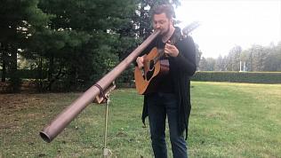 Челябинский музыкант играет на двух инструментах одновременно: видео с выступления