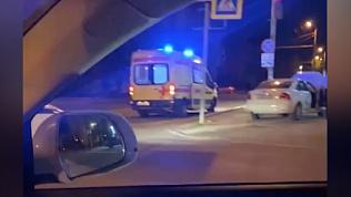 Таксист вылетел на тротуар в центре Челябинска: видео очевидцев