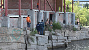Подростки устроили прыжки в воду с крыши заброшенного здания на Изумрудном карьере