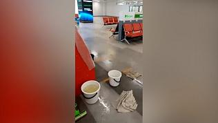 «Игорь потёк»: видео коммунального потопа в новом аэропорту Челябинска