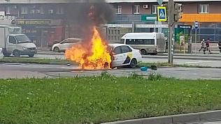 На Братьев Кашириных загорелось такси: видео пожара