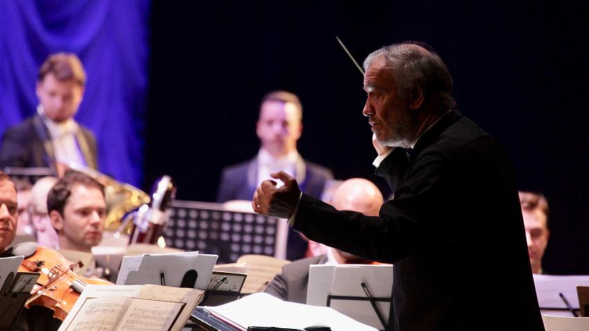 Симфонический оркестр Мариинского театра вышел на сцену для южноуральских медиков